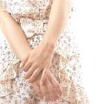 手の甲の血管の痛み、原因と対処法は?腫れは病気?