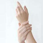 指の関節の痛みについて考えられる原因と対処法について
