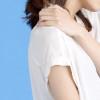肩から腕にかけての痛みについて考えられる原因と対処法